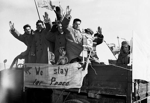 28 stycznia 1954 r. Po reedukacji w chińskich obozach 21 więźniów w pierwszej chwili odmówiło powrotu do ojczyzny, ale potem zmieniło zdanie. Jedynym wyjątkiem był James G. Veneris (na zdjęciu trzeci od lewej), który resztę życia spędził w komunistycznych Chinach. Fotografia przedstawiająca jeńców na pace ciężarówki odjeżdżającej z powrotem do Korei Płn. została wykonana w Panmundżomie
