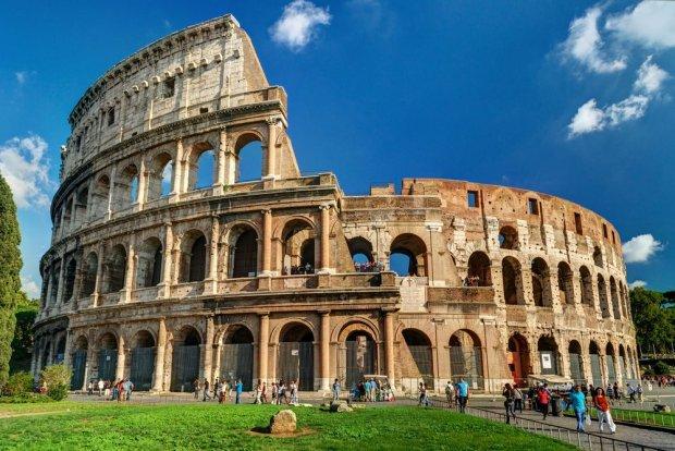 Rosyjski turysta wydrapa� sw�j inicja� w Koloseum. Z�apali go. Kara: 20 tysi�cy dolar�w