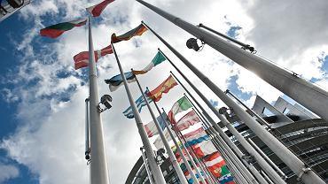 Flagi państw członkowskich UE przed budynkiem Parlamentu Europejskiego w Strasbourgu.