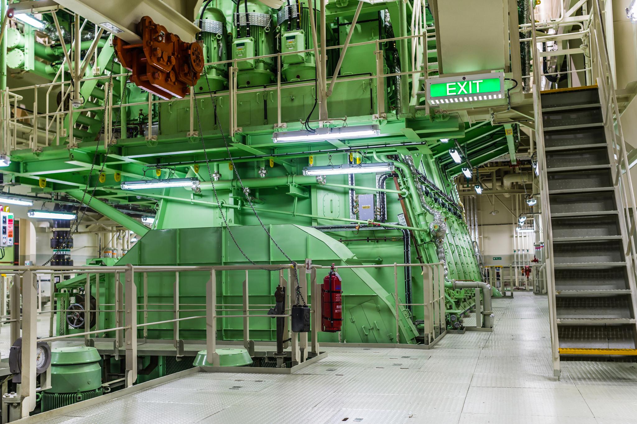 Jeden z dwóch wyprodukowanych przez MAN dwusuwowych silników diesla napędzających Mayview Maersk. Każda z tych ważących ponad 900 ton maszyn generuje moc 43000 koni mechanicznych i wprawia w ruch jedną z dwóch śrub o średnicy 9,8 m. (fot. Robert Urbaniak)