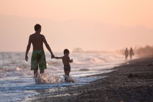 Wakacyjne kierunki idealne dla rodzin z dzie�mi. Dok�d jecha� na rodzinny urlop latem 2015?
