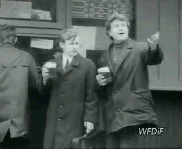 Mężczyźni przed kioskiem piwnym