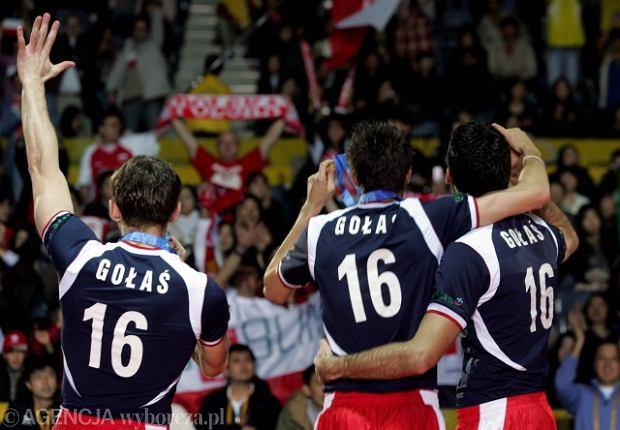 Polscy siatkarze ze srebrnym medalem mistrzostw świata i w koszulkach upamiętniających zmarłego Arkadiusza Gołasia.