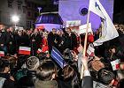 Komorowski sp�ni� si� na wiec w Krakowie, bo utkn�� w korku na zakopiance. Ale obieca� drog�