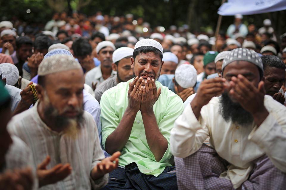 Mieszkający w Bangladeszu uchodźcy Rohingya opłakują bliskich, którzy zginęli przed rokiem w pogromach w Mjanmie