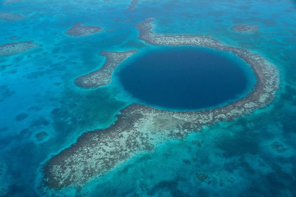 Blue Hole Belize Morze Karaibskie / shutterstock