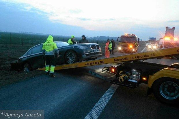 Pomoc drogowa wyci�ga z rowu na lawet� limuzyn�, kt�r� jecha� prezydent Andrzej Duda. Autostrada A4 w okolicach Lewina Brzeskiego na Opolszczy�nie, 5 marca 2016 r.