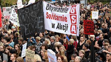 """Ile os�b na """"Czarnym Prote�cie"""" przed Sejmem? Policja i ratusz podaj� liczby"""