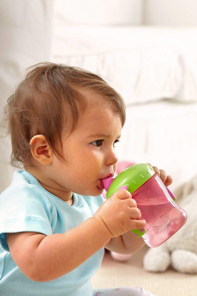 Przy wymiotach dziecko powinno pić małymi łykami.