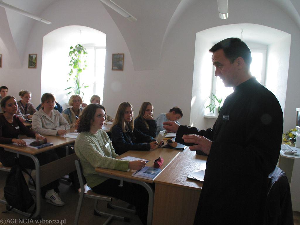 Lekcji etyki jest w szkołach coraz więcej, równolegle z katechezami