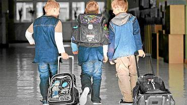 Dzieci z plecakami i tornistrami