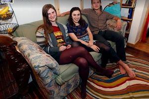 Studenci kupili starą kanapę. W poduszkach znaleźli 40 tysięcy dolarów! Nie uwierzysz, co zrobili z pieniędzmi