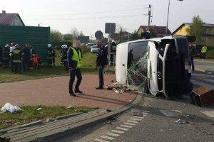 Zderzenie busa z autem osobowym. 14 os�b rannych