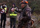 """Myśliwi chcieli wyrzucić z lasu """"spacerowiczów"""". Zadzwonili po policję, bo przeszkadzali w polowaniu"""