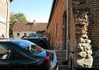 Zamek zastawiony samochodami pracownik�w muzeum