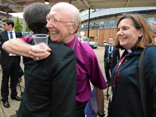 Biskup Oksfordu przytula jedną z kapłanek