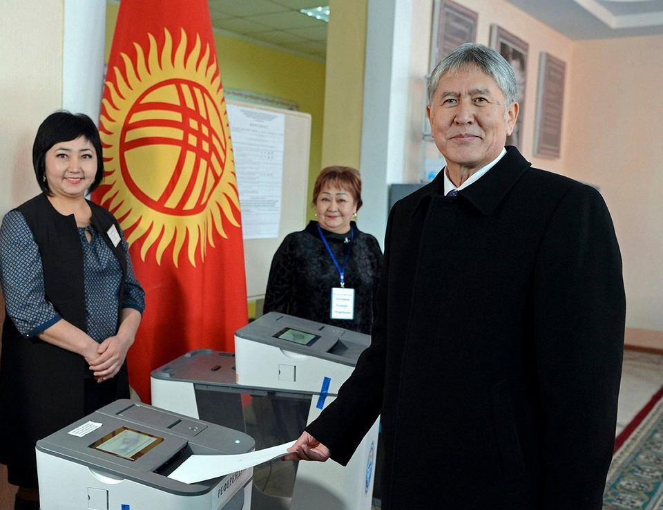 Prezydent Kirgistanu Ałmazbiek Atambajew podczas głosowania w jednym z lokali wyborczych w Biszkeku