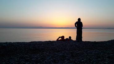 Wolontariusze na brzegu greckiej wyspy Lesbos. Wśród nich Irakijczyk Omar, który na Lesbos przypłynął łodzią półtora roku temu.