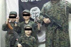 Australijczyk pojecha� na d�ihad do Syrii. Jego synek pozuje w internecie z obci�t� g�ow�