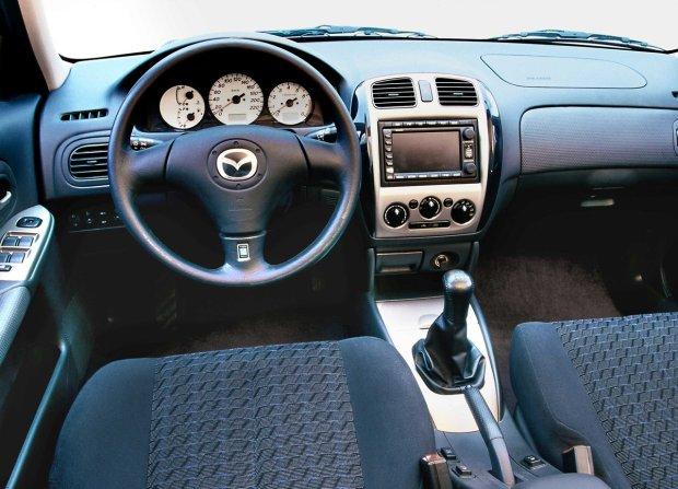 Mazda 323 - wnętrze