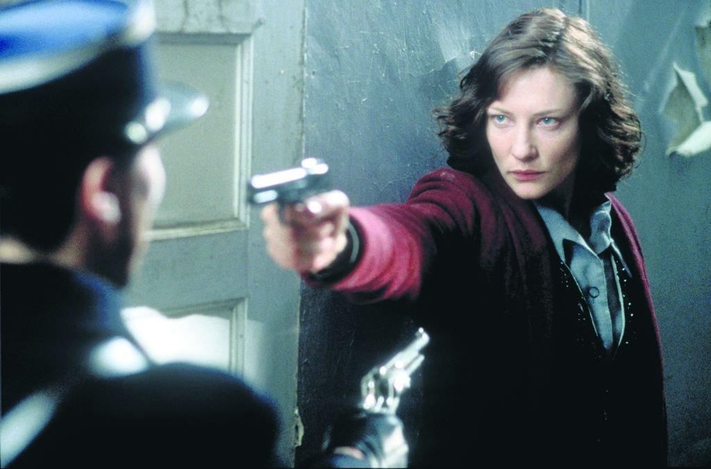 Charlotte Gray mierzy do francuskiego żandarma, który pomagał Niemcom przy deportacji Żydów do Auschwitz.  / Fot. MATERIAŁY STACJI TELEWIZYJNYCH