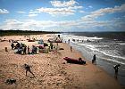 Dwóch mężczyzn pobito na gdańskiej plaży. Bo trzymali się za ręce