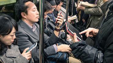 Poranek w metrze w Tokio. Tak samo jest i w Londynie, i w Warszawie