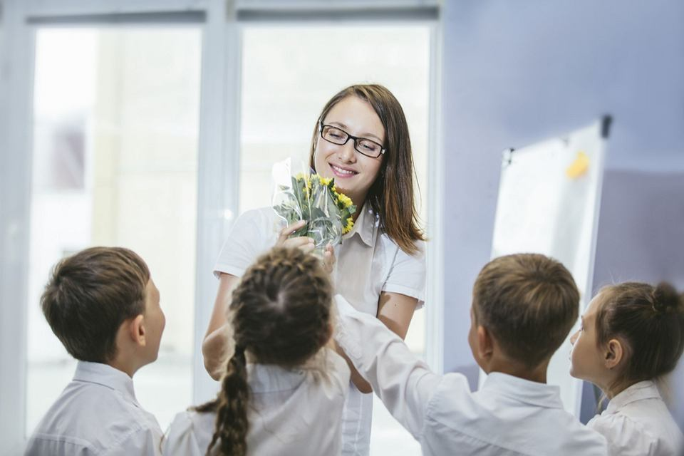 Dzień Edukacji Narodowej 2018 wypada w niedzielę. Święto 14 października potocznie wciąż jest nazywane Dniem Nauczyciela. W tym dniu świętują nie tylko nauczyciele, ale wszyscy pracownicy oświaty.