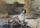 Niebezpieczne znalezisko w Ostrowcu. Odkopano ponad 50 butelek z kwasem