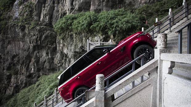 """Hybrydowy Range Rover Sport wspina się do """"nieba"""""""