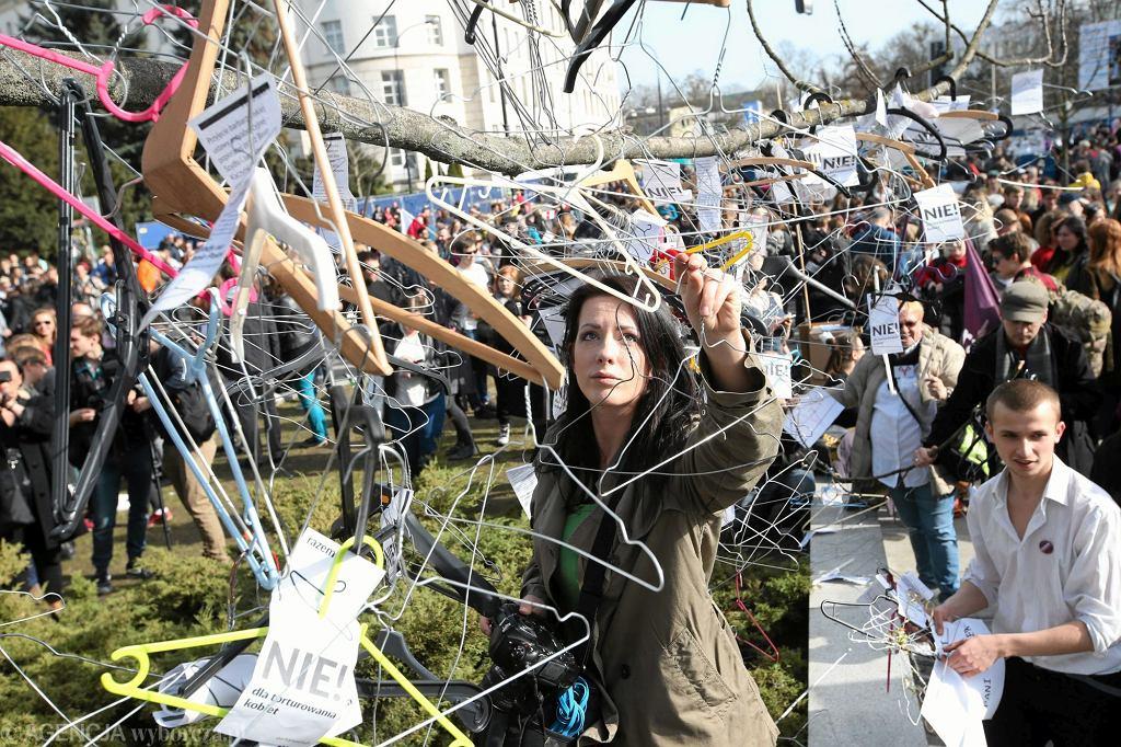 Protest przeciwko projektowi ustawy o całkowitym i bezwzględnym zakazie aborcji (fot . Kuba Atys / Agencja Gazeta)