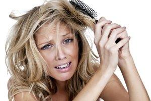 8 rzeczy, kt�re niszcz� Twoje w�osy