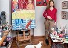 Hanna Pyrzyńska w żoliborskim mieszkaniu i jej obrazy z nowego cyklu 'Pan z pieskiem'. Na sztalugach 'Jezus' - inspirowany włoskim freskiem z XIV wieku.
