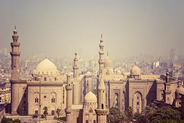 Widok Kairu z cytadeli Saladyna z XII w. Na pierwszym planie dwa meczety: sułtana Hassana wybudowany w latach 1356-63 (z kopułą) i Al-Rifa'i wzniesiony w latach 1869-1912 w stylu mameluckim.