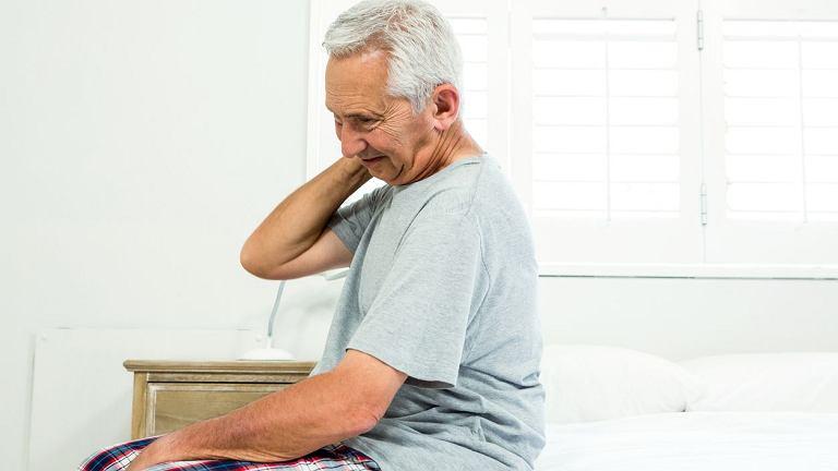 Polimialgia reumatyczna objawia się głównie bólem oraz sztywnością mięśni karku, obręczy barkowej i biodrowej