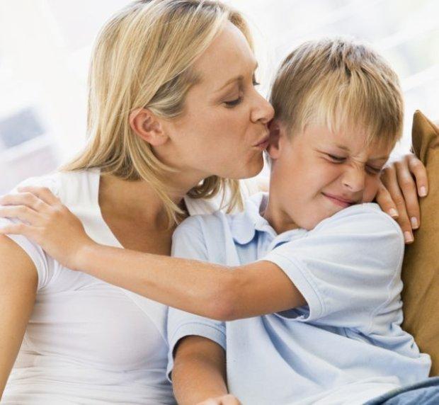 """""""Pocałuj ciocię! Daj buzi babci!"""" Nie zmuszajcie dzieci do całowania krewnych!"""