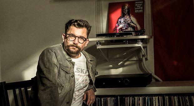 Robert Motyka na tle płyty zespołu  Maanam 'Miłość jest cudowna'. Dostał ją od młodej pary w podzięce za bycie świadkiem na ślubie