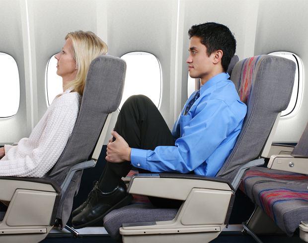 Odchylając oparcie fotela, należy pamiętać, że za nami też ktoś siedzi