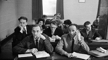 Zygmunt Bauman (z prawej) z Leszkiem Kołakowskim podczas przewodu doktorskiego Henryka Jankowskiego na Wydziale Filozofii Uniwersytetu Warszawskiego. Rok 1963. Bauman tak mówił o rozczarowaniu komunizmem: - Leszek Kołakowski znacznie szybciej niż ja zrozumiał, że nie ma co rozmawiać, negocjować, naprawiać, bo ten system to jest maszyna, której się naprawić nie da