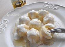 Twarogowe kluseczki z miodem i jogurtem - ugotuj
