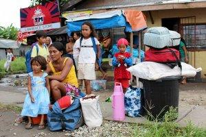 Pot�ny tajfun zbli�a si� do Filipin. Dziesi�tki tysi�cy ludzi uciekaj�