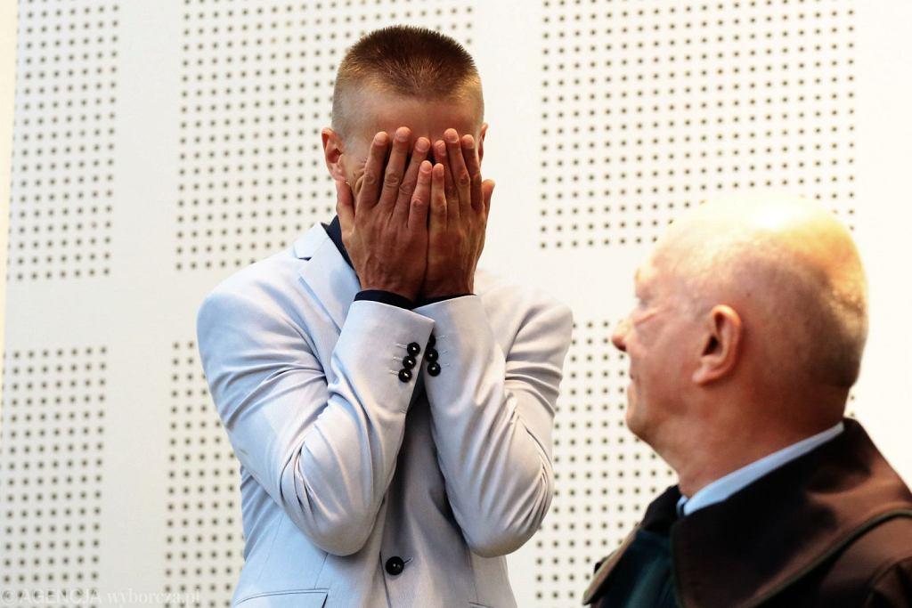 Uniewinniony Tomasz Komenda i adw. Zbigniew Ćwiąkalski (fot. Agata Grzybowska/AG)