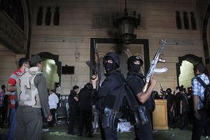 """Strza�y przed meczetem, w kt�rym schroni�y si� setki islamist�w. """"Egipt stoi w obliczu wojny wywo�anej przez si�y ekstremistyczne"""""""
