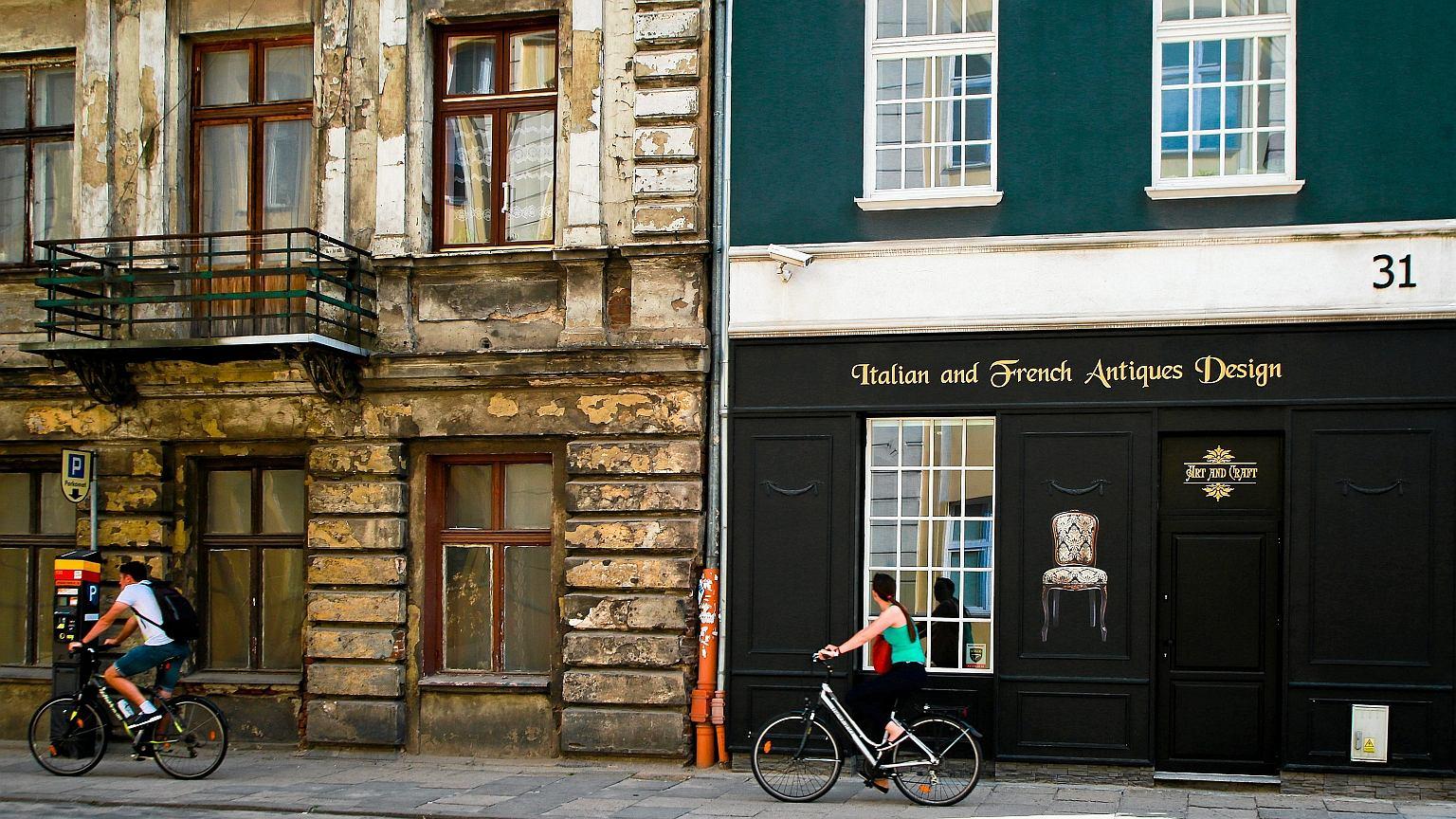 Łódź. Po prawej zrewitalizowana kamienica, po lewej jej sąsiadka czekająca na lepsze czasy
