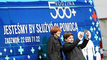 Minister rodziny Elżbieta Rafalska i premier Beata Szydło 1 kwietnia 2016 r. w Zatorach koło Serocka z okazji startu programu 500 plus