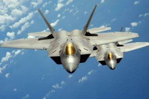 Dwa myśliwce F-22 Raptor wylądowały w bazie w Łasku. 7 rzeczy, które warto wiedzieć o tej supernowoczesnej maszynie