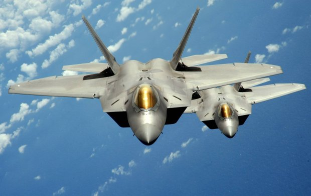 Dwa my�liwce F-22 Raptor wyl�dowa�y w bazie w �asku. 7 rzeczy, kt�re warto wiedzie� o tej supernowoczesnej maszynie