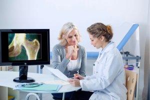 Osteoporoza. To choroba, a nie starość - rozmowa z prof. Piotrem Leszczyńskim