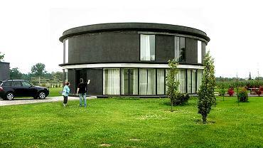 Dom jednorodzinny w Mikołowie (niewykończony), proj. Damian Radwański, Roman Rutkowski. Projekt budynku powstał w 2004 r.