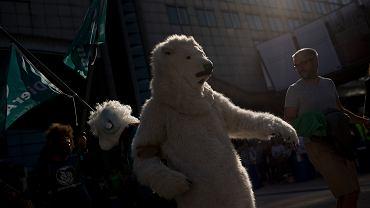 Pikieta pod Parlamentem Europejskim. W budynku obradują liderzy UE, demonstranci domagają się dotrzymania zobowiązań wynikających z Porozumienia Paryskiego z 2015 (zmniejszenie globalnego ocieplenia do 1,5 ° C). Bruksela, 6 października 2018